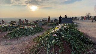 Tumbas en el cementerio militar de Ereván, Armenia