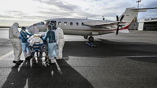 Un malade atteint de la Covid-19 en passe d'être transféré de Lyon vers le Sud-Ouest de la France, sur le tarmac de l'aéroport de Lyon-Bron le 16 novembre 2020