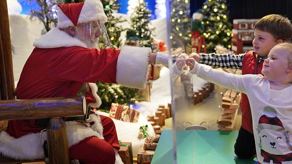 USA: Weihnachtsmann hinter Plexiglas