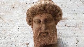 Φωτογραφία που δόθηκε σήμερα στη δημοσιότητα από το Υπουργείο Πολιτισμού και Αθλητισμού και εικονίζει κεφαλή Ερμού που αποκαλύφθηκε στην οδό Αιόλου του Δήμου Αθηναίων