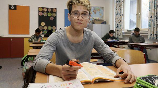 Bevándorló származású fiú felzárkóztató oktatáson vesz részt Ausztriában 2018-ban