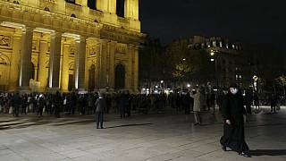 تجمع کاتولیکهای معترض به قرنطینه مقابل کلیسای سن سولپیس در شهر پاریس