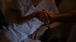 عاملة رعاية صحية في دار رعاية CHC في أندين ، بلجيكا ، الأربعاء 4 نوفمبر 2020