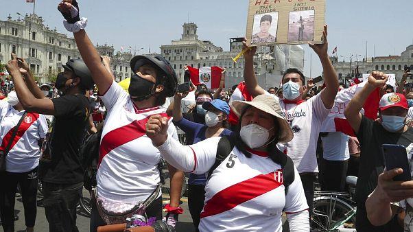 Menschen in Lima feiern den Rücktritt von Interimspräsidenten Manuel Merino