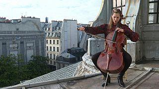 La chelista Camille Thoma presenta su nuevo disco desde un tejado de París