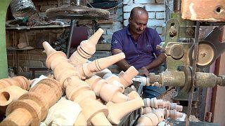 """""""جراخو"""" كربلاء يبقون حرفة صناعة هياكل النراجيل الخشبية على قيد الحياة"""