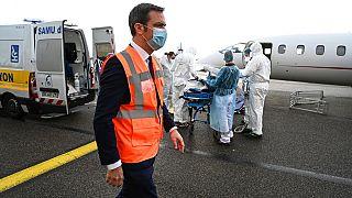 El ministro de Sanidad Olivier Veran supervisa el traslado de pacientes de COVID-19 desde Lyon, una de las regiones más afectadas