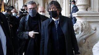 الفرنسي الأمريكي مارك موغاليان، يميناً، والمحامي الفرنسي تيبو دي مونبريال، يساراً، يوم افتتاح محاكمة تاليس، محكمة باريس