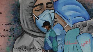 فلسطيني في قطاع غزة يمشي لمحاربة الاكتئاب الناجم من تفشي الفيروس