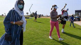 سيدات يمارسن رياضة الغولف في السعودية