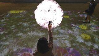 ویدئو؛ گلهای هوشمند به یک اشاره پارک دلخواه قدم زدن و عکس گرفتن را میسازند
