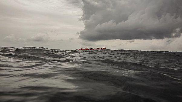 صورة أرشيفية لمهاجرين تقطعت بهم السبل في عرض البحر