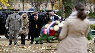 خلال زيارته لباريس، وزير الخارجية الأمريكي مايك بومبيو يضع إكليلا من الزهر عند نصب أقيم لضحايا الإرهاب في حدائق قصر الإنفاليد
