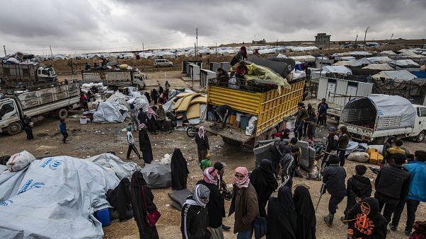 مئات السوريين يغادرون مخيم الهول في الحسكة ويعودون إلى منازلهم