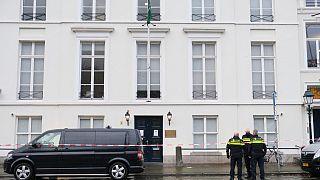 الشرطة الهولندية تقف أمام السفارة السعودية في لاهاي, 2020/11/12