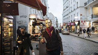Un homme porte un masque à ¨Paris