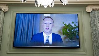 زوكربيرغ خلال جلسة استماع سابقة عبر الفيديو في الكونغرس (تشرين الأول/أكتوبر 2020)