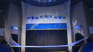 عروض بهلوانية تقدمها الفرقة الوطنية في مسرح بيونغ يانغ