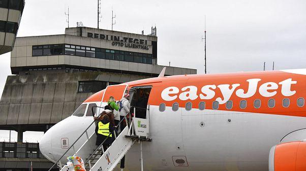 Passagiere steigen am Berliner Flughafen Tegel ins Flugzeug