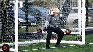 بوریس جانسون، نخست وزیر بریتانیا در حال دروازهبانی در یک مسابقه فوتبال دختران نوجوانان، دسامبر ۲۰۱۹