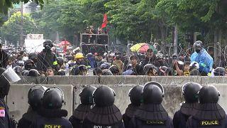Tayland'da gösterilerin gölgesinde anayasal reform görüşmeleri