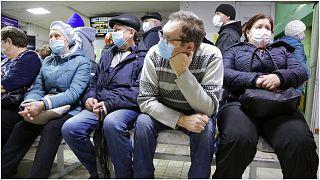 عدد من المرضى ينتظرون دورهم في في مدينة أومسك السيبيرية في روسيا