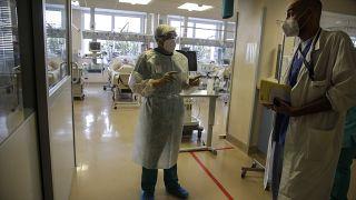 طبيب يتحدث إلى مبنج في وحدة للإنعاش في مستشفى فاريسي الإيطالي. 2020/11/06