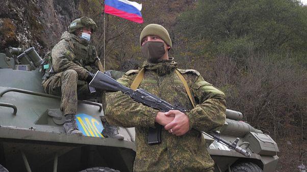 Zwei von knapp 2000 russischen Friedenssoldaten in der Region um Bergkarabach