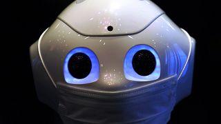 Japonya'da bir otelin lobisine yerleştirilen yüz maskesi takmış robot Pepper