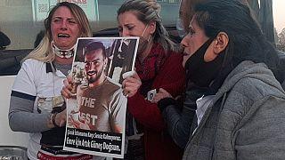 Karar sonrası Ahmet Emre Yılmaz'ın ablası ve annesi göz yaşlarına boğuldu.