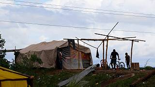 أناس يعيشون في ظروف مزرية يأخذون حيطتهم قبل أن يضرب إعصار إيوتا منطقة سان مانويل كوركيز في هندوراس. 2020/11/16