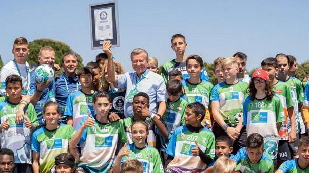 """""""كرة القدم من أجل الصداقة"""" برنامج اجتماعي ينظم سنويا ويضم مئات الاطفال من مختلف أنحاء العالم"""