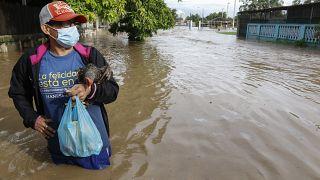 Un residente está parado en una calle inundada de agua en el vecindario de Planeta, Honduras, el 5 de noviembre de 2020.