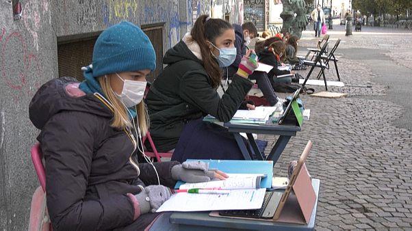 A Turin, des collégiennes manifestent pour retourner en classe
