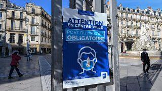 لافتة تدعو لوضع الكمامة في باريس