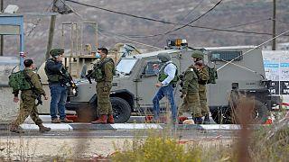 عناصر للجيش الإسرائيلي عند أحد الحواجز في الضفة الغربية المحتلة