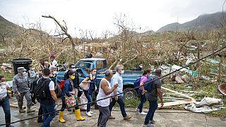 Le président colombien (3e à partir de la droite) évalue les dégâts sur l'île de Providencia , 17 novembre 2020