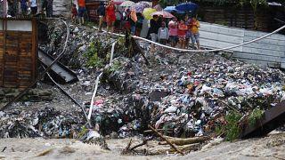 Honduras angustiada por la llegada de Iota. Gente juno al río Bermejo, San Pedro Sula, Honduras