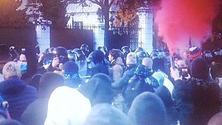 Tüntető tömeg