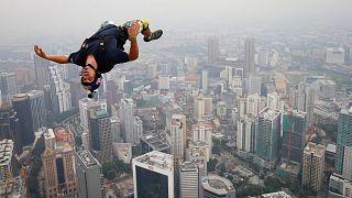 ونسان رفه، ماجراجوی فرانسوی در حال پرش از برجی پر کوالالامپور در سال ۲۰۱۳