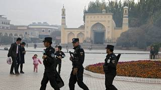 Çin'in Kaşgar kentindeki İdgah (bayram) Camisi önünde devriye gezen güvenlik görevlileri (arşiv)