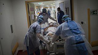 Covid-19 Patient wird in Marseilles Krankenhaus La Timone auf die Intensivstation verlegt, 12.11.2020
