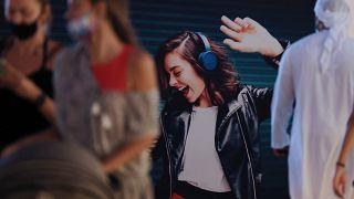 ملصق لامرأة ترقص معروضة على حائط في جميرا بيتش ريزيدنس بدبي