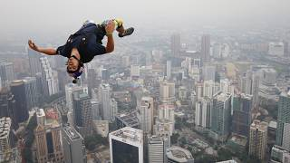 "Vincent Reffet durante um salto de ""base jumping"" em Kuala Lumpur (arquivo)"