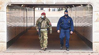 Rendőr és katona járőrözik a Jászai Mari téren 2020. november 16-án.