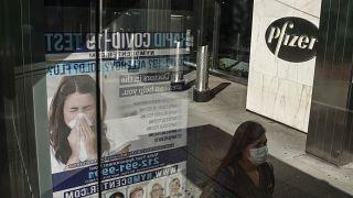 إعلان  لشركة فايزر من أمام مقر الشركة في نيويورك، الولايات المتحدة الأمريكية.