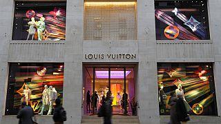 Londoni járókelők tavaly novemberben egy Louis Vuitton-butik előtt