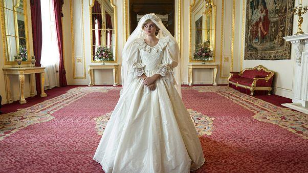 Emma Corrin játssza Diana hercegnét, akit itt esküvője napján ábrázolnak
