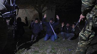 Meriç Nehri üzerinde Yunanistan topraklarında Yunan askerlerinin yakaladığı mülteciler.