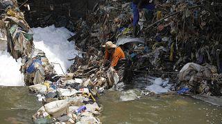 Afrique du Sud : La rivière Hennops submergée par les déchets